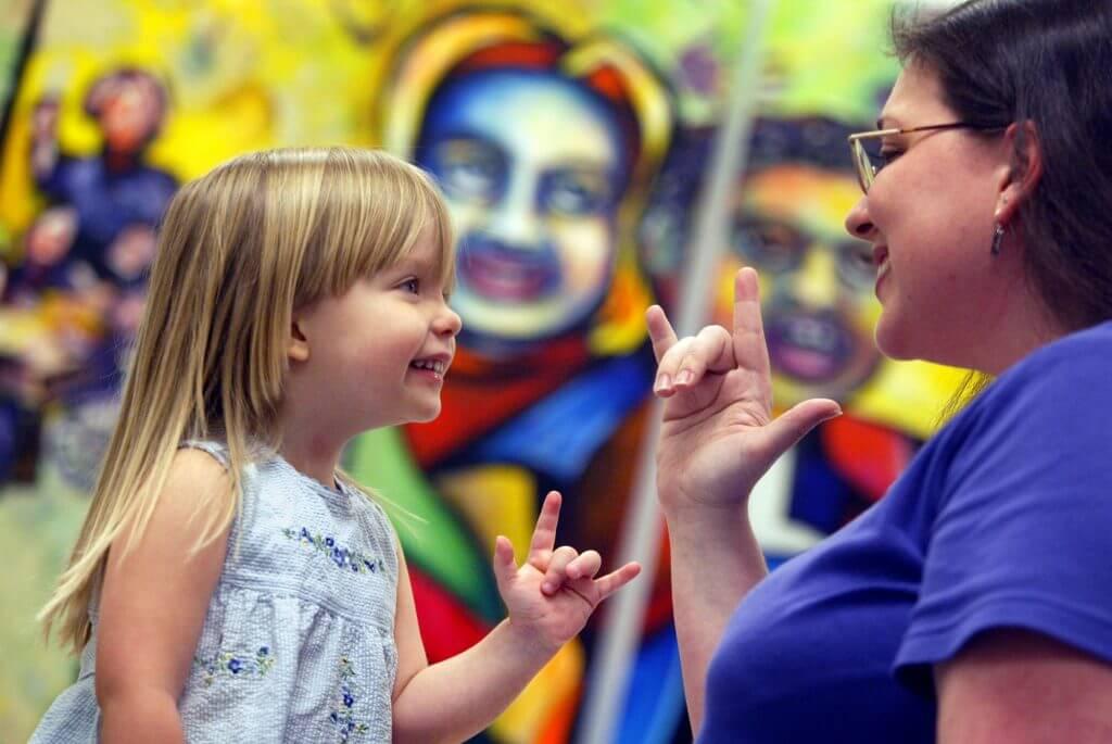 usar lengua de signos con niños